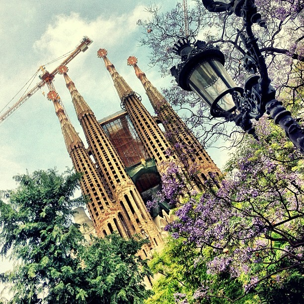 oh-so-coco: Approaching Sagrada Familia in Barcelona<3