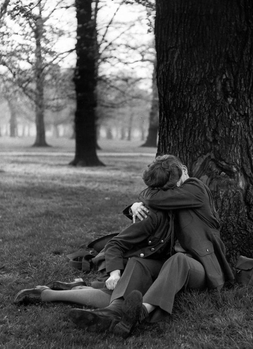 fuckyeahvintage-retro:  G.I. and his girl under a tree. London, 1944.
