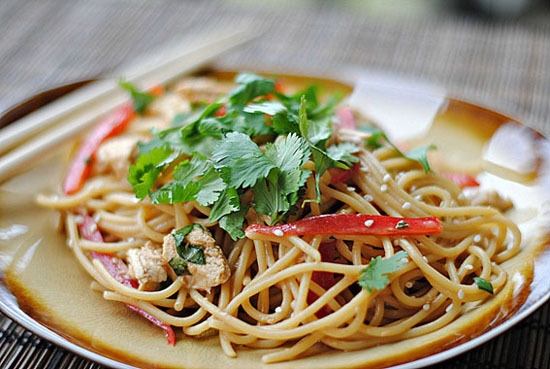 la-food:  Thai Peanut Noodles With Chicken - Recipe here