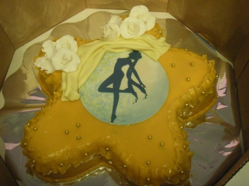 samlis:  This is my wedding cake. It's been almost five years))  Aww, it's gorgeous! Congratulations.