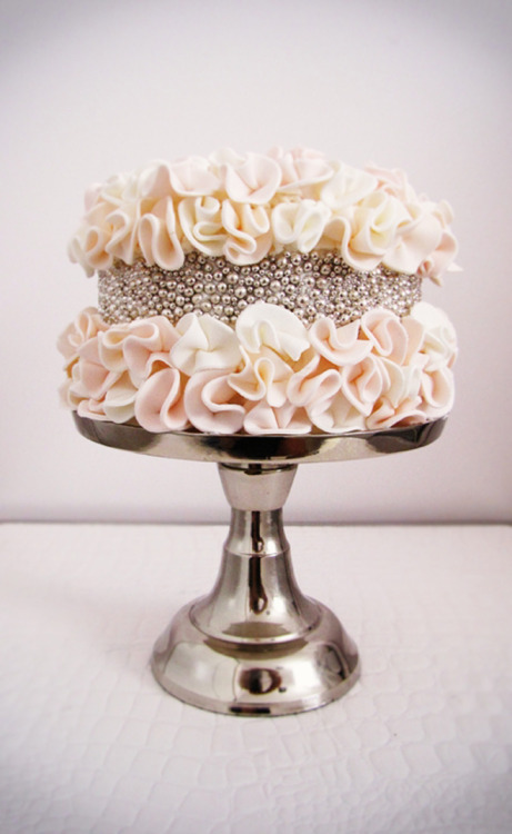bellethemagazine:  Glamorous Wedding Cakes