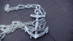 parisheroinstars:  Silver Anchor Necklace from here.