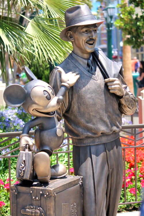 This is a really creepy Walt Disney.