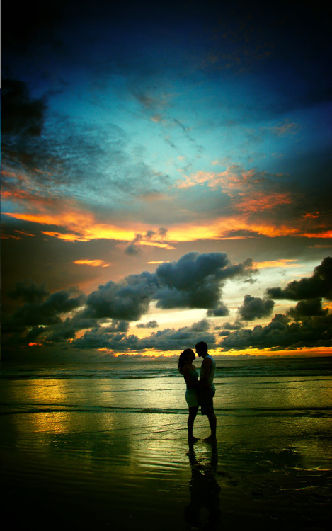 "surferdude182:  ""Kiss Me"" (by Isac Goulart)"