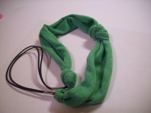 100 Ways to Transform a T-Shirt: (12) This comfy jersey-knit knotted headband is easy to make. All you need is a strip of your softest t-shirt that you don't mind parting with about 8 inches long and 3-4 inches wide, and either an old elastic headband that you can cut up, or some elastic string which can be found at Walmart. All you have to do it tie a very loose knot about an inch off center in your fabric strip. Then simply tie tight knots around the elastic. Tie your knots higher up to reach desired tightness.