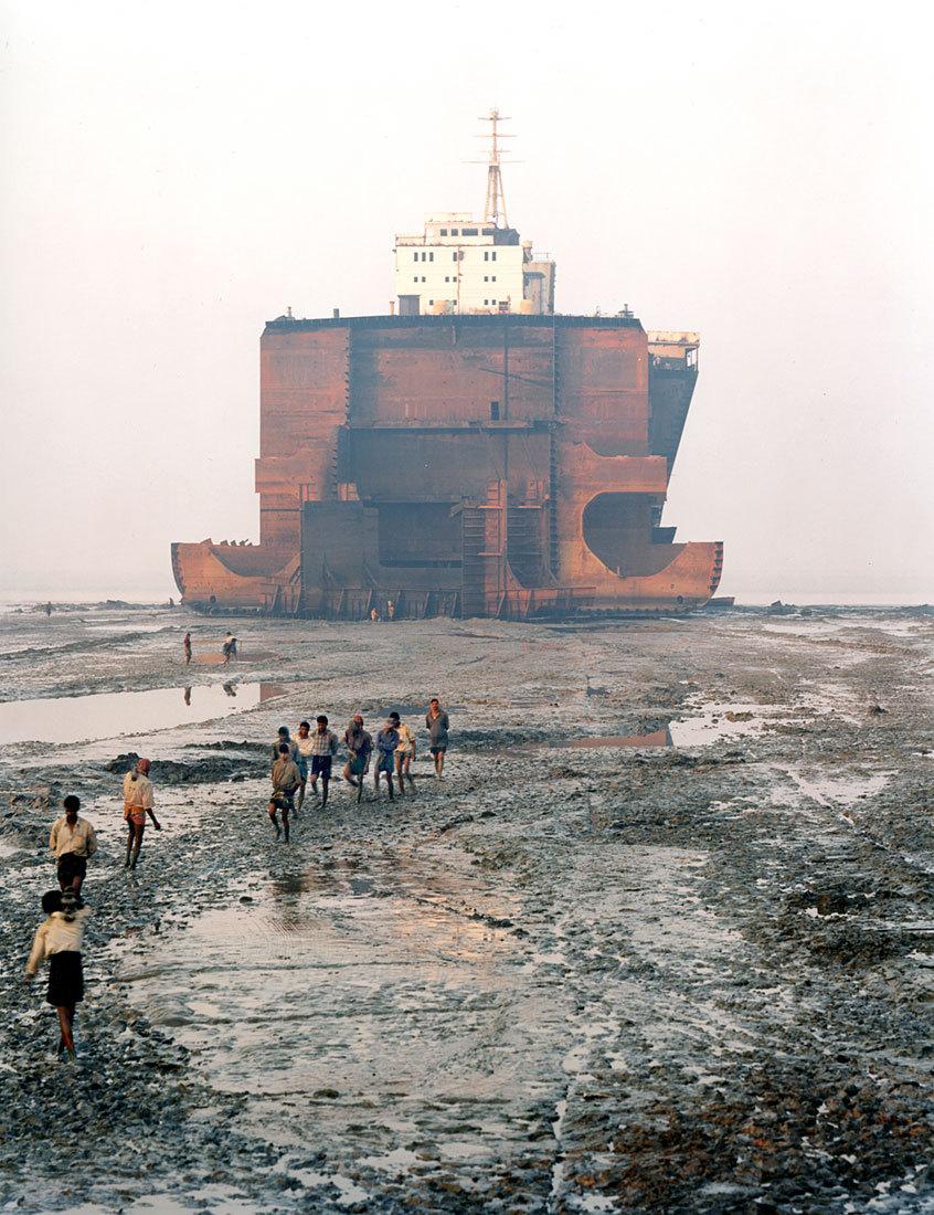 Edward Burtynsky - Shipbreaking #21,Chittagong, Bangladesh, 2000