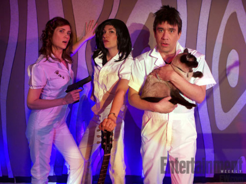 famouspeoplepluscats:  fred armisen holds a cat while carrie brownstein and kristen wiig…. i don't know, i'm kinda confused.