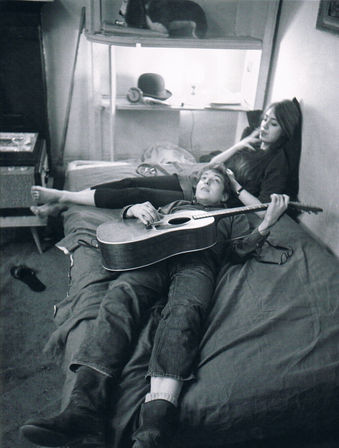 caught-a-long-wind:  cosmofilius:   Bob Dylan and Suze Rotolo at their Greenwich Village apartment, January 1962  I'm pretty sure that this will be my boyfriend and I in the future.  This picture has been my desktop background for so long. It's everything I want in life.