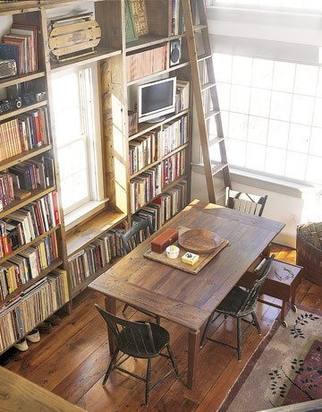 A library in the dining room?!?! Awesome!!!
