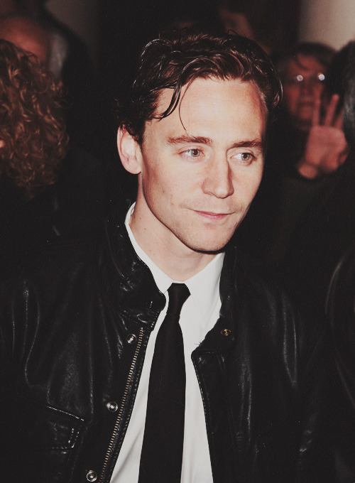 ktbakerstreet:  lokisilvertongue:  52/100 - Tom Hiddleston  It looks like that woman is reaching for him…  same.