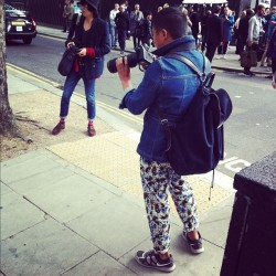 Mr Tommy Ton doing what he does best (while rocking the hell out of his print trousers) #londoncollections  (Taken with Instagram)