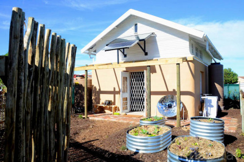 Cape Town. Remarkable solar-powered home made of tires, clay and recycled timber pallets demonstrates that we can survive in a world without fossil fuels.