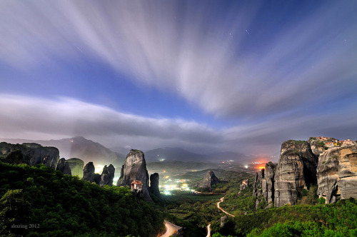 theworldwelivein:  Full moon Meteora II | Kastraki, Thessalia, Greece© alexring