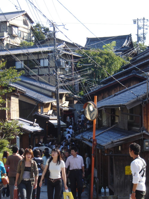 Crowded street in Kyōto (going to Kiyomizu-dera). Saturday, October 6th, 2007.