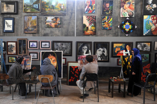 pubertad:  Afghan youths learn how to paint at the Behzad Art Gallery in Herat. The Taliban, ousted from power in a US-led invasion in 2001, banned girls from going to school and forbade people from painting and learn the arts.