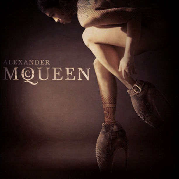 #alexandermcqueen #fashion #shoes #ladygaga #mcqueen  (Publicado com o Instagram)