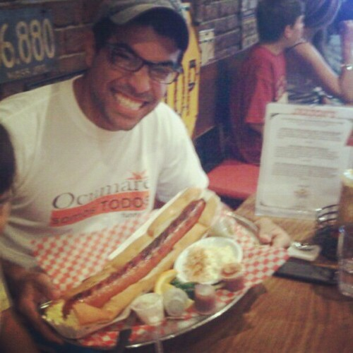 Yo comiendo un #hotdog a lo #manvsfood (Taken with Instagram)