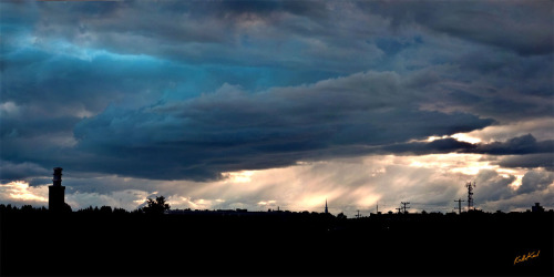 A lil' bit of epic sky after Thursday's rain spell. Nuages Néon, Ka Ho Karl (2012)