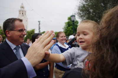 franny-pack:  A child high fiving the president of the Disney theme parks.