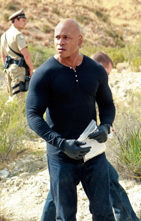 onakasuitana:  (NCIS: Los Angeles Photos: Sam Hanna on CBS.comから)  Hello hot and adorable man.:)