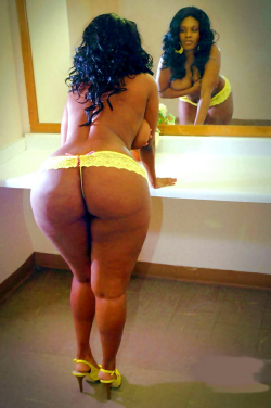 colombirican:  Ass and heels for days