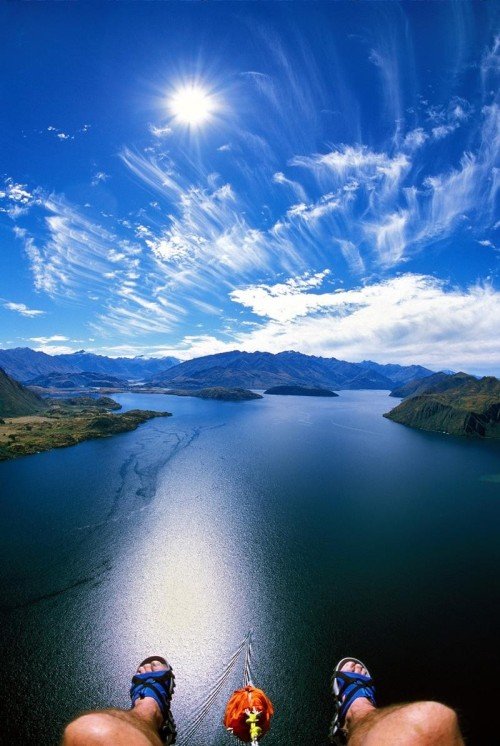 creverest:  neibe:  Parasailing in Lake Wanaka, Wanaka, New Zealand.  I must do this.