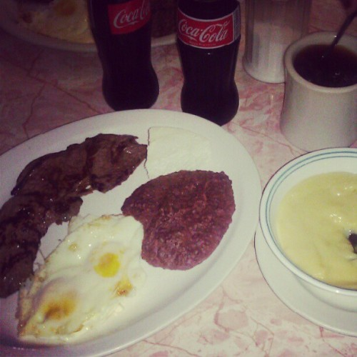 ruth-swag:  #typical #Honduran #breakfast #steak #carne #asada #eggs #beans #atol #pupusa #Honduras (Taken with Instagram)  y tambien tortillas de arina