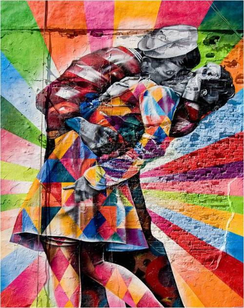 msflamingo:  The Brazilian artist, Eduardo Kobra, has long had a fascination for vintage images. His new work, dazzling onlookers in New York's Chelsea has as its focal point an interpretation of the photograph VJ Day in Times Square by Alfred Eisenstaedt. The new take on a decades old image is just a short walk from where the original kiss took place.via  www.kuriositas.com/