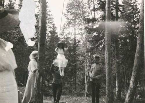 daisydandelions:  Grand Duchess of Russia Anastasia Romanova on the swings