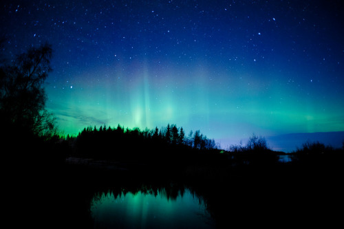 Photo of northern lights, stars, clouds and a creek by Jonas Wiklund on Flickr.