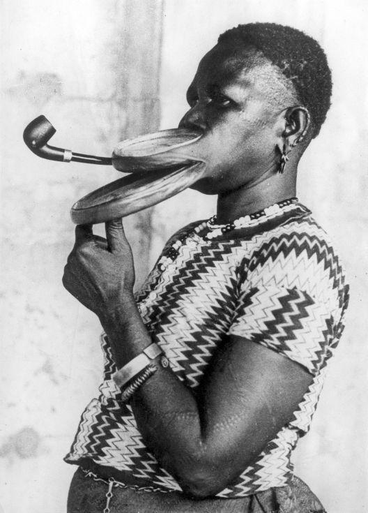 collective-history:  Extended mouthpiece for pipe smoking woman with special lips, who is performing in a circus. New York, 1930. (Nationaal Archief)