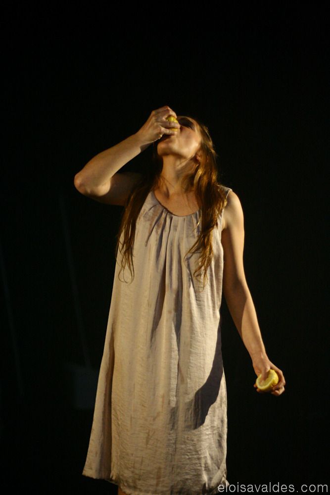 Photography from 2010. GTIST. Intervalo para dançar. - FYI, she drank that lemon's juice till the end. :s