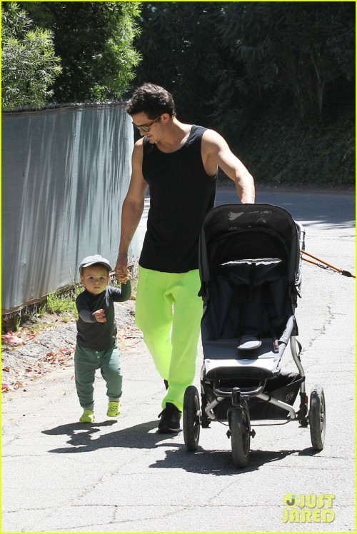 mattstopera:  Orlando Bloom & Flynn: Father's Day Fun! DILFFFFF  What the fuck, Orlando.Why did you dress your child in crocs.