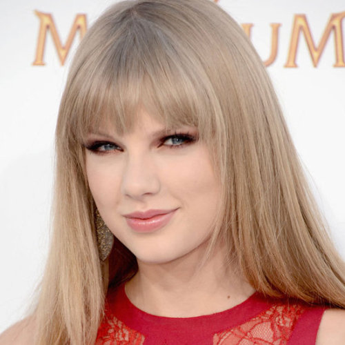 Taylor Swift – Billboard Music Awards 2012 Here are the products Makeup Artist Lorrie Turk used on Taylor Swift.   FACECOVERGIRL NatureLuxe Silk Buy this product on Amazon.com COVERGIRL Fresh Complexion Under Eye Concealer Buy this product on Amazon.com COVERGIRL + Olay Simply Ageless Sculpting Blush Buy this product on Amazon.com   EYES COVERGIRL Eye Enhancers 4-Kit Shadow in Blossoms Buy this product on Amazon.com COVERGIRL Liquiline Blast Eyeliner in Black Fire Buy this product on Amazon.com COVERGIRL LashBlast Volume Mascara Buy this product on Amazon.com and get a Perfect Point Eye pencil with purchase   LIPS COVERGIRL NatureLuxe Gloss Balm in Peony Buy this product on Amazon.com   Source: AccessHollywood.com