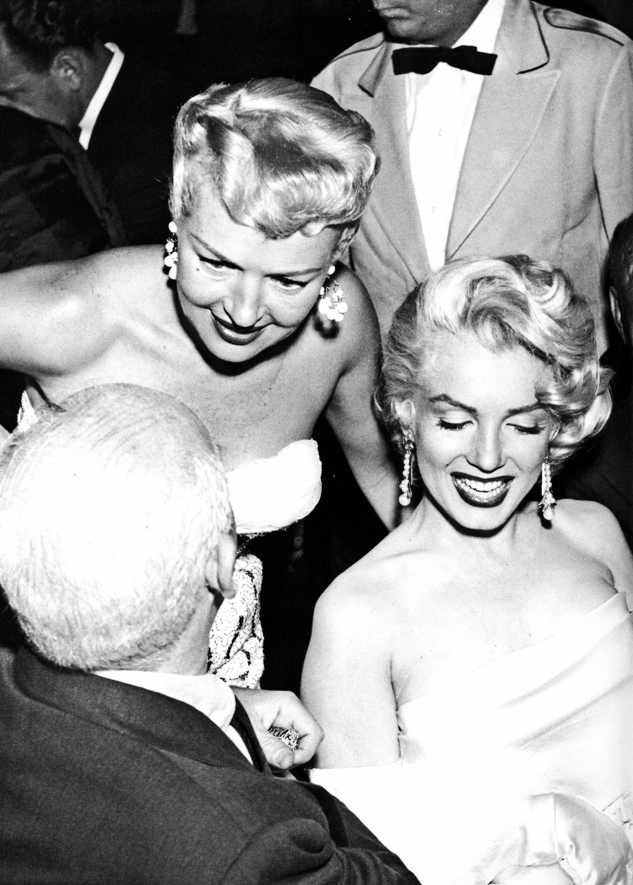 updownsmilefrown:  Marilyn Monroe and Betty Grable with Walter Winchell by Murray Garrett