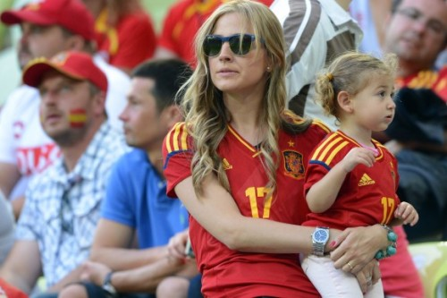 kokokeks:  Carlota ruiz and daughter at todays game vs croatia