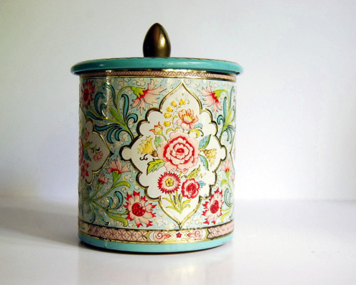 Vintage tin (made in Holland) by calloohcallay on Flickr.