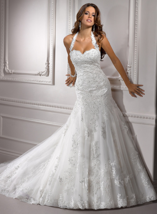 This dress is so perfect! Love the sweetheart neckline and swarovski crystal detail and the cut is fabulous. Designed by Maggie Sottero