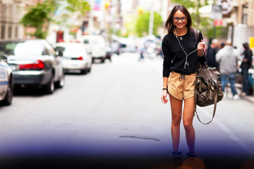 STREET STYLE - Fashion on the Run. Her whimsical glasses, oversized bag, and glowing skin kick it up a notch! www.maybelline.ca/nyc365 #NYC365