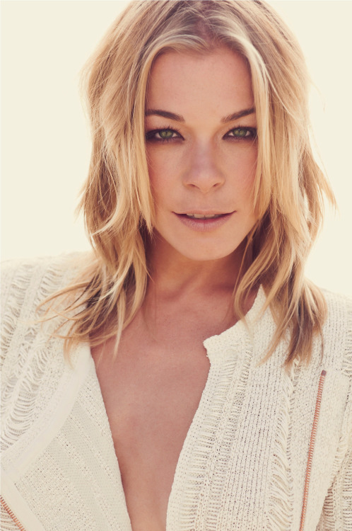 The Glee Project and LeAnn Rimes stand against bullying. Chat with LeAnn, Damian McGinty, and Michael Weisman on OxygenLive tomorrow starting at 9:30pm ET. RSVP: http://ow.ly/bFdLG What do YOU want to say to LeAnn, Damian, or Michael?