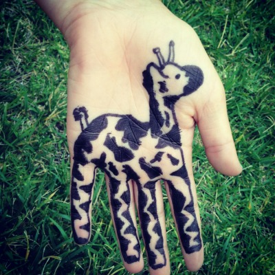 seas-of-souls:  giraffe.♥ i drew this today on my sister's friend's hand :) he's cute:) (please DON'T change the source!) ~kirra