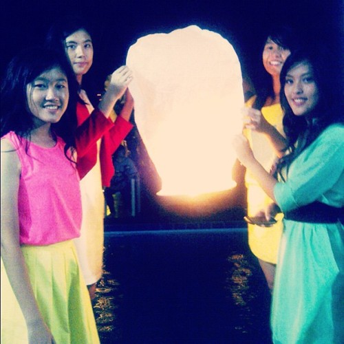 #Neon #party: we are about to fly the #lantern 🎐🎉 @rhemagabriela  (Taken with Instagram)