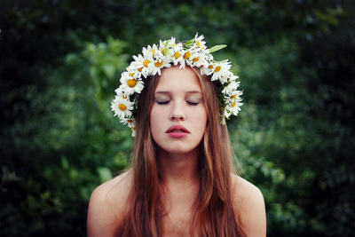 hobbit-s:  So now she's buried by the daisies by Emelie Lundqvist on Flickr.