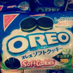 halfeggpink:  #japanese #yummy #snack ! #matcha #oreo (Taken with Instagram)