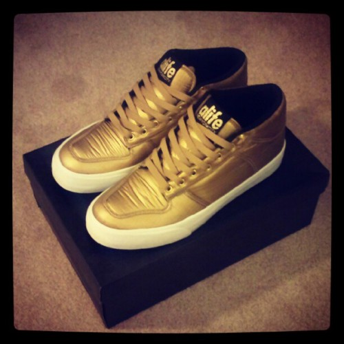New sneakers! Alife <Everybody Mid Parachute Gold> #shoes #fashion #kpop #style #clothes #hype #swag #gold (Taken with Instagram)