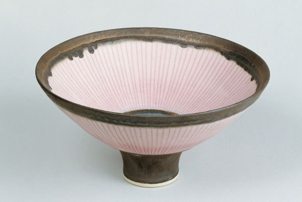 Lucie Rie, footed bowl, porcelain, bronze rim, pink inlay, matt glaze,dia: c.22 cm, c.1980. Galerie Besson, London.