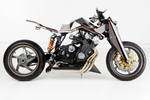 Was looking for custom Honda CBX1000's when I came across this on BikeEXIF. Don't remember ever seeing this and I certainly wouldn't have forgotten it if I had seen it. Make the jump for the full story or just enjoy some pipe porn  Like us on FB