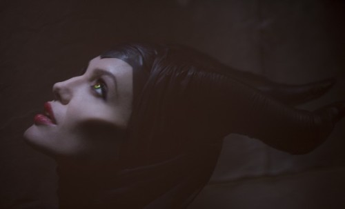 (via Maleficent, prima immagine ufficiale di Angelina Jolie nei panni di Malefica! | Il blog di ScreenWeek.it)