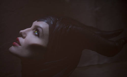 suicideblonde:  First look at Angelina Jolie as Maleficent APPROVING NOISES!!