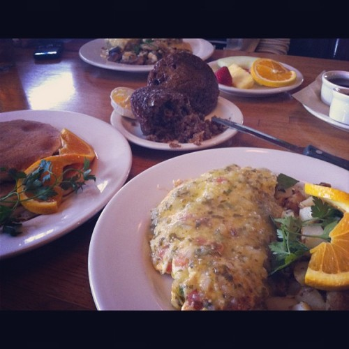 What I did several hours before the jog. Omg. Blue Crab Omelette was to die for 😝😳 #manhattanbeach #thekettle #iphoneography #losangeles #beachtown #beach #latelunch #foodiefiles #foodporn #nomnation #nomnomnom  (Taken with Instagram)